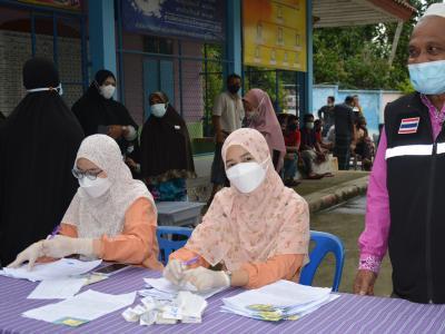 กิจกรรมฉีดวัคซีนเชิงรุกผู้สูงอายุ60ปีและกลุ่ม7โรค ณ ร.ร.ดาโต๊ะ